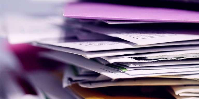 pasta roxa com documentos dentro
