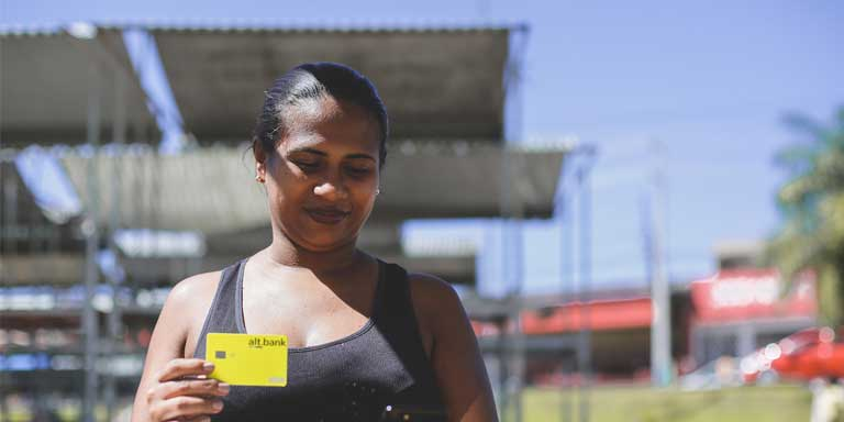 mulher segurando o cartão altbank