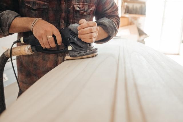 carpinteiro microempreendedor trabalhando