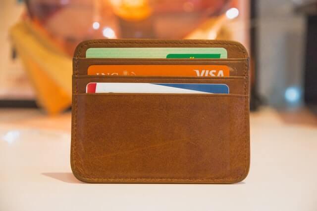 carteira marrom com cartões de crédito