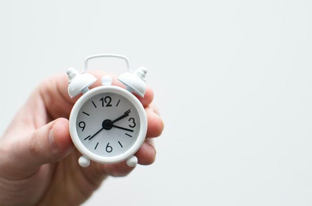 prazo imposto de renda representado por relógio na mão de pessoa