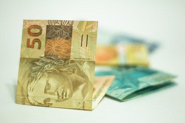 notas de cinquenta e cem reais Brasil