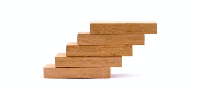 bloco de madeiras simbolizando aumento de score