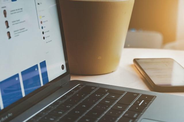 mesa com notebook e celular