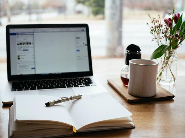 notebook e caderno com caneta em uma mesa contas para empréstimo consignado