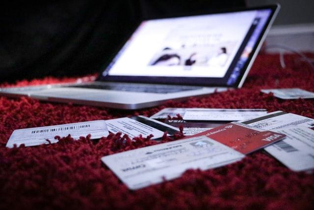 notebook em um carpete com contas ao redor