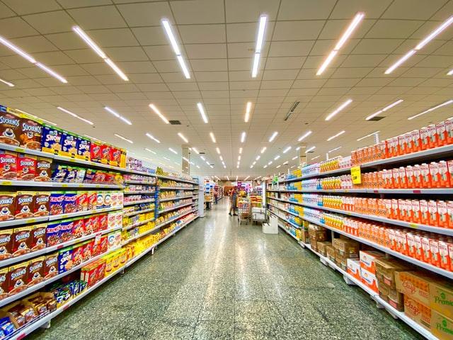 prateleiras de supermercado com vários produtos