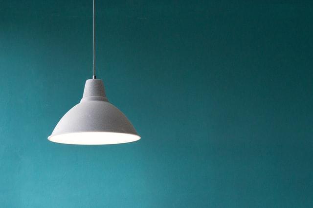 luz acesa em fundo azulado